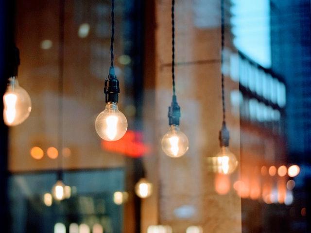 Lampor i fönstret